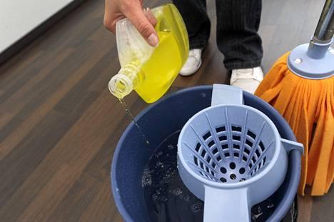 Laminaattilattiaa pestessä kannattaa varoa lotraamasta liian paljolla pesuaineella ja käyttää nihkeäksi puristettua moppia. Muuten lattian voi helposti pilata.