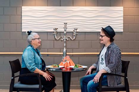 Ravintola Kangaspolussa Niina ja Antti saivat raikkaan, värikkään ja vakuuttavan tredeittikumppanin. Kasvisaterian kauneus sai kymmenen pistettä kummaltakin.