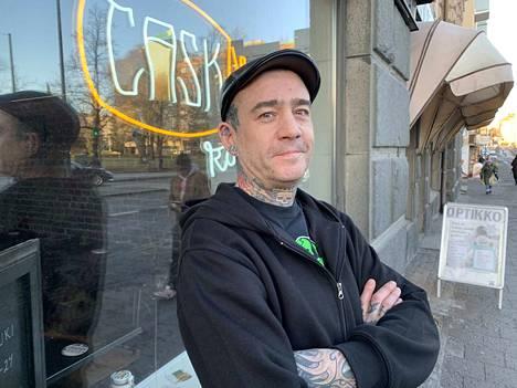 Irlantilainen Mark Nolan on Cask Roomin ainoa työntekijä.