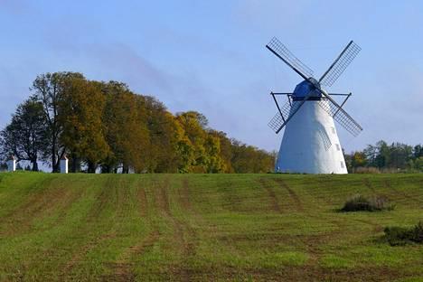 Terveisiä Lahemaalta! Vihulan kartanon tuulimyllystä saa klassisen postikorttikuvan.