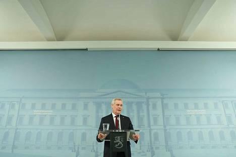 Antti Rinne vastaili useisiin toimittajien kysymyksiin. Hän sanoi, että jatkaa puheenjohtajana.