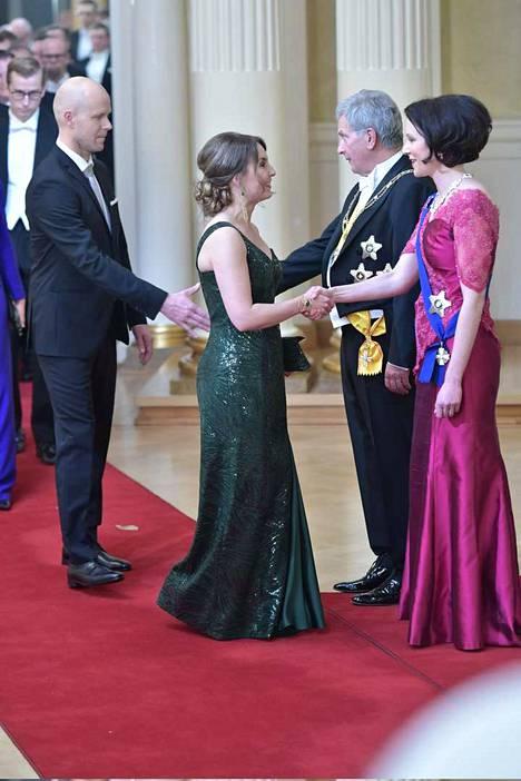 Eeva Kalli juhlii linnassa panelialaisen suunnittelija-ompelijan Eeva Ketolan tekemässä puvussa.