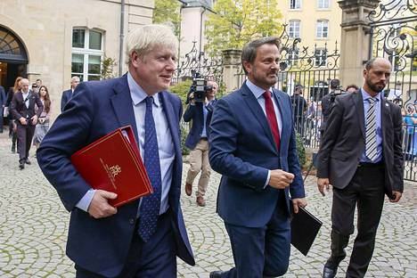 Britannian pääministeri Boris Johnson (vas.) esiintyi Luxemburgin pääministeri Xavier Bettelin (oik.) kanssa, mutta ei pitänytkään tiedotustilaisuutta äänekkäiden huutojen takia.