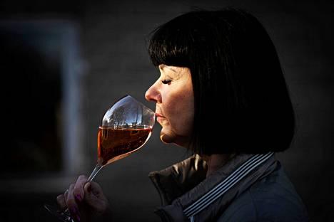 Taina Vilkuna kehottaa luottamaan omiin aisteihin. Jos hienona pidetty juoma ei maistu, mieltymyksiään ei tarvitse hävetä.