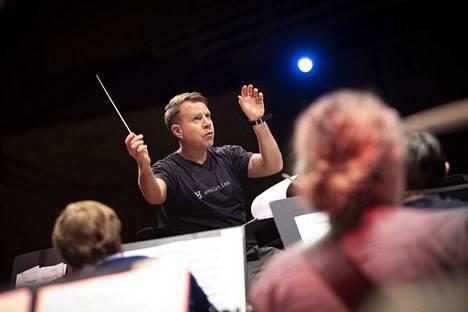 Pori Sinfonietta heittäytyy torstaina James Bond -teemamusiikin pyörteisiin Antti Rissasen johdolla.