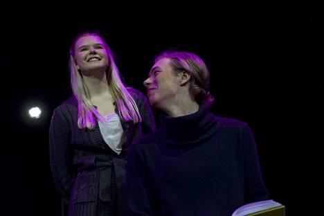 Kata (Helmi Hollström) ja Jone (Eero Löövi) sanovat nyt, mikä sanomatta jäi.