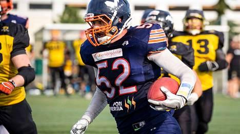Hallituksen puheenjohtaja Joni Kotro edustaa Pori Bearsia myös pelikentällä.
