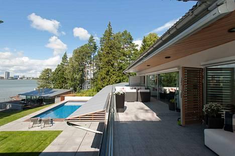 Talo on arkkitehti Viljo Revellin 1950-luvulla suunnittelema.