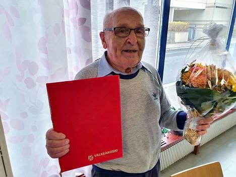 Jorma Saahko vastaanotti vuoden vanhusteko -palkinnon Valkeakosken lähitorilla keskiviikkona.