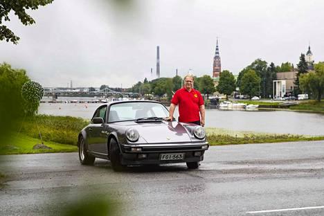 Juha Dahlman on pitkän linjan autoharrastaja sekä yrittäjä. Kuvassa on yksi hänen autoistaan, Porsche 911 Carrera 3.2 vuodelta 1985.