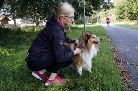 Minna Pirttilän shetlanninlammaskoira Lassella ikää on 11 vuotta. Pirttilä ei kantanut suurta huolta Norjassa pyörivästä epidemiasta, vaan hänestä pahempi murhe on ihmisten polkujen ja puistojen nurkille asettamat myrkkyherkut.
