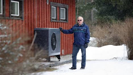 Orvo Laurila sai 1970-luvulla rakennetun omakotitalonsa öljynkulutuksen putoamaan 2700 litrasta sataan litraan vuodessa viime toukokuussa asennetun ilma-vesi-lämpöpumpun avulla. Ennen ikkunoiden uusimista ja seinien lisäeristystä öljyä kului noin 3500 litraa vuodessa.