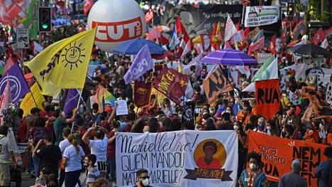 Näin presidentti Jair Bolsonaron toimia vastustaneet mielenosoittajat marssivat Rio de Janeirossa 24. elokuuta.