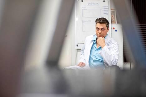 Raumalainen lääkäri Mikael Kivivuori sai potkut Terveystalosta levitettyään väärää tietoa koronapandemiasta. Kivivuori sanoo, ettei usko koronapandemian olemassaoloon.