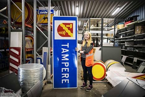 Suurimmat liikennemerkit voivat olla ihmistä pidempiä. Työnjohtaja Kirsi Kangasmaa on pituudeltaan 160 senttimetriä.