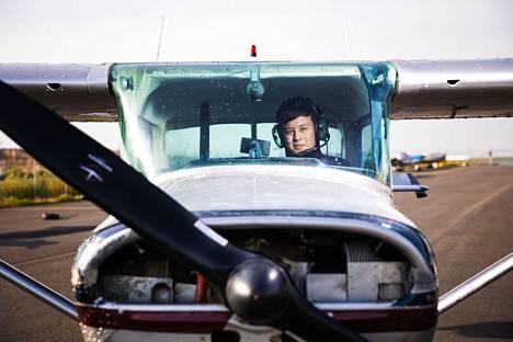 Alex Jaskari kuuluu Tampereen lentokerhoon, joka vuokraa koneitaan jäsenilleen. Hänen lentopäiväkirjaansa on kertynyt tähän mennessä 36 lentotuntia. Kerhon koneilla (kuvassa) hän on lentänyt kolmisen tuntia.