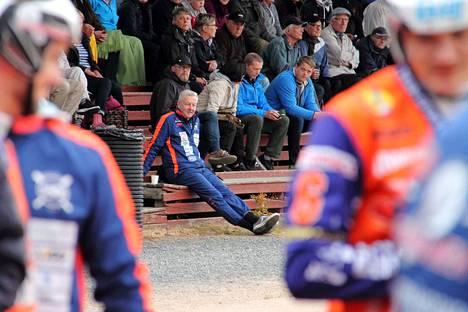Pasi Kaukoranta seuraa KaMan otteluita katsomosta ykköspesän lähettyviltä. Sieltä mies pystyy seuraamaan sekä kentän tapahtumia että joukkueen vaihtopenkin toimintaa.