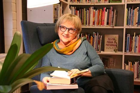 Multian vt. kirjastonjohtaja Maire Riikonen tykkää runoista ja romaaneista. Hän tunnustautuu kirjojen suurkuluttajaksi.