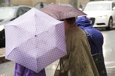 Kolea ja sateinen sää valtaa Suomen keskiviikkona.