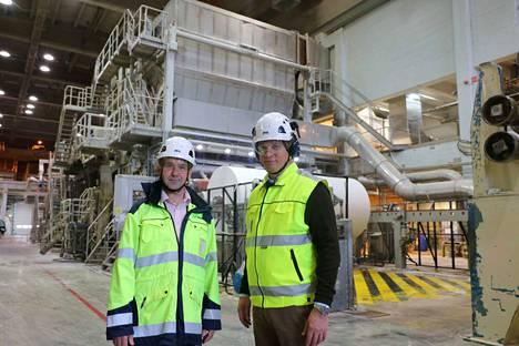 Metsä Tissuen Mäntän tehtaan johtaja Kari Karttunen ja toimitusjohtaja Esa Kaikkonen tehdaskierroksella.