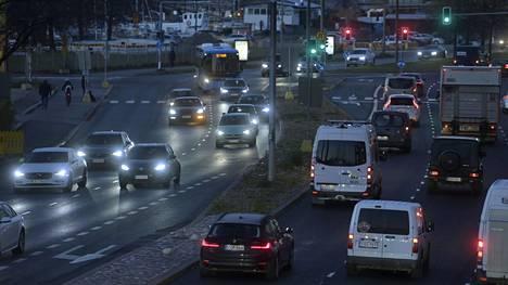 Liikennettä Sörnäisten rantatiellä Helsingissä tiistaiaamuna 19. lokakuuta 2021.
