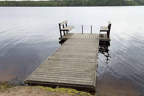 Rauhallinen tuokio laiturilla istuskellen ja järven liplatusta kuunnellen on pian vain kaunis muisto, pelkää kirjoittaja. Kuvituskuva.