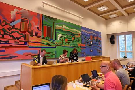 Valtuuston kokouksessa on yleensä noin 60 osallistujaa. Yleisöä on viime aikoina ollut vain kourallinen, jos sitäkään. Kuvassa pöydän takana kaupunginjohtaja Eero Väätäinen, valtuuston puheenjohtaja Piila Paalanen (vihr) ja hallintojohtaja Hanna Vuojela.