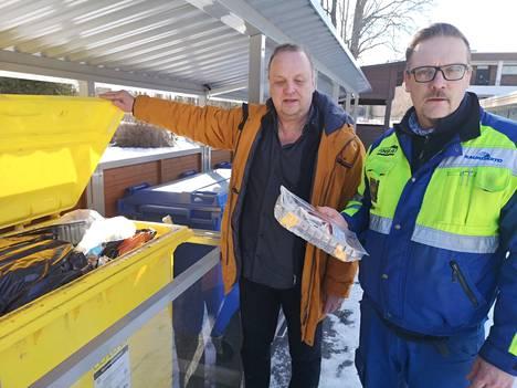 Ilkka Nykänen (oikealla) ja Ari Eskola ihmettelevät, miksi taloyhtiöt Sastamalassa eivät tee muutoksia jätekeräykseensä, vaikka siten voi jopa puolittaa vuosittaisen jätelaskun.