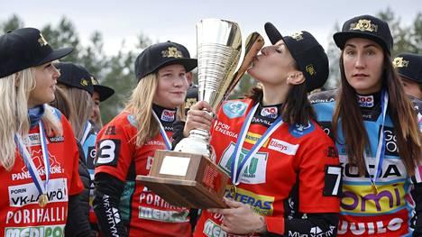 Kaisa-Maija Rosvall suuteli mestaruuspokaalia. Minttu Vettenranta, Tiia Peltonen ja Susanna Puisto odottelivat vuoroaan.