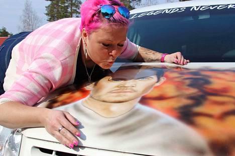 Nina Myllymäki maalasi auton konepellille näyttelijä Paul Walkerin muotokuvan.