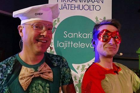 Isä (Janne Viitaniemi) ja Bioman (Antti Kerosuo) kertovat musiikin avulla lajittelusta koululaisille.