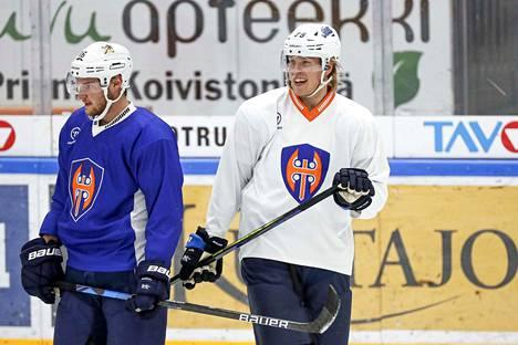Aleksander Barkov (vas.) ja Patrik Laine pukeutuivat kasvattiseuransa väreihin.