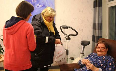Kaupunginjohtajan ideoima näkyvyyskampanja toteutettiin Runokulmassa ja Hilmarissa. Leena Jaatinen (keskellä) antaa heijastimet nojatuolissa istuvalle Pirkko Koskelle ja selin seisovalle Minna Niemiselle.