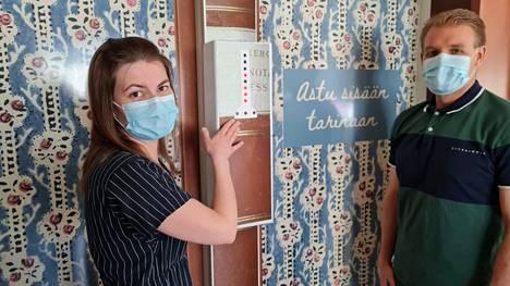 Amanuenssi Emilia Heikkilä näyttää, että pakohuoneen ovet toimivat liikennevaloilla. Vieressä Pukstaavin pakohuoneen suunnitellut Mikko Viitamaa pakohuoneyritys Pakenemasta.