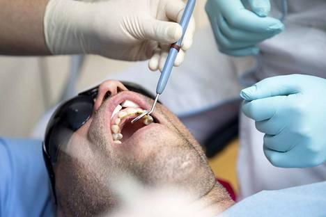 Hampaista ja suun hyvinvoinnista kannattaa pitää hyvää huolta, sillä suun bakteereilla on yhteys valtimosairauksien syntyyn.