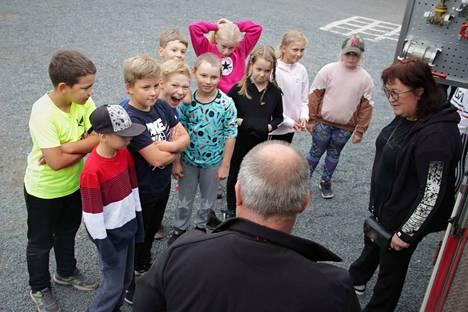 Harjavallan keskustan koulun 4C opettajansa Raija-Leena Salon kanssa oli kuunnellut huolellisesti Liikenneturvan turvallisuusinfon.