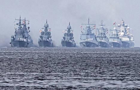 Venäjän laivaston aluksia Kronstadtissa viime viikonloppuna järjestetyssä laivaston paraatissa.