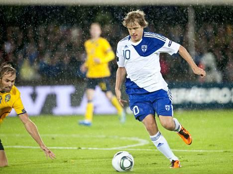 Teemu Pukki pelasi vuonna 2011 EM-karsintaottelussa Ruotsia vastaan. Ottelu pelattiin sateisessa säässä Helsingissä.