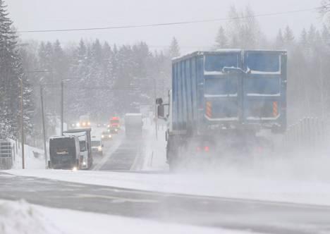 Tiekeli on huononlainen räntä- ja lumisateen vuoksi. Kuva on kasitieltä viime viikon torstailta, kun pyrytti lunta.