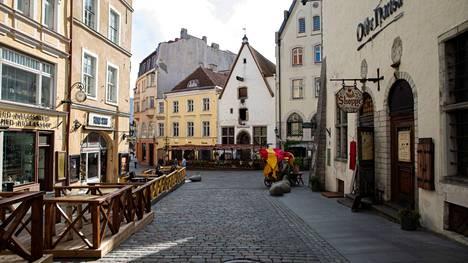 Tallinnan vanhaa kaupunkia kuvattuna elokuun lopussa. Liikkuminen Virossa ilman koronapassia käy entistä vaikeammaksi maanantaina, kun uudet rajoitukset astuvat voimaan.