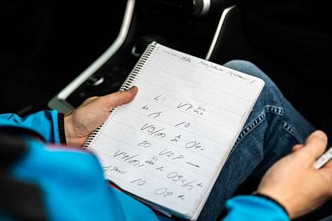 Kartanlukijan tärkein tehtävä rallikilpailun aikana on lukea erikoiskokeella kuljettajaparin laatimat nuotit niin, että kuljettaja pystyy ja uskaltaa ajaa erikoiskokeen mahdollisimman nopeasti läpi.