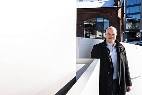 SRV:n alueyksiköistä vastaava johtaja Henri Sulankivi luottaa siihen, että areena tulee valmistumaan ajallaan. Aamulehti kuvasi Sulankiven areenan työmaan edustalla alkuvuodesta 2021.