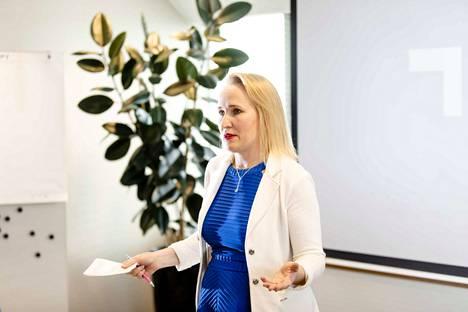 Teknologiateollisuuden työmarkkinajohtaja Minna Helle sanoo, että kiky-tuntien poistaminen pienentäisi palkankorotusvaraa.