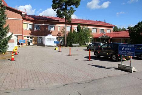 Sarapihan Drive-in-testauspaikalle pääsee nyt autolla opasteiden mukaan, kun on saanut lähetteen saapua Covid-19-viruksen näytteenottoon.