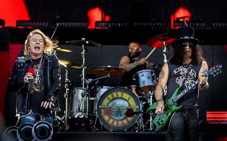Porilaisravintola käyttää markkinoinnissaan vain kevyesti muokattua versiota tässä kuvassa taustalla näkyvästä Guns N' Roses -yhtyeen ikonisesta pistoolilogosta. Kuva on muutaman vuoden takaisesta konsertista Hämeenlinnassa. Kuvassavasemmalla, solisti Axl Rose, keskellä rumpali Frank Ferrer ja vasemmalla kitaristi Slash.