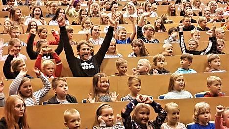 Tsemppaavat terveiset kaikille. Luontevasti Pekka Hyysalo sulautui yhtenäiskoulu Opinpolun koulukuvaan.