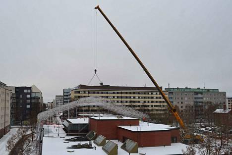 Porin nuorisotalon kattoremontin on tarkoitus valmistua vuoden loppuun mennessä. Talvinen lukijan kuva otettu viime viikon lauantaina.
