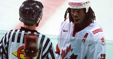 Kanadan Anson Carter kertoo MM-finaalin linjatuomarille, että kiekko kävi jatkoerässä Ruotsin maalissa.