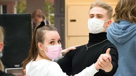 Eveliina Koivula ja Lauri Kangas ovat tyytyväisiä, että vanhojentanssit pystytään järjestämään. Tammerkosken lukion toisen luokan oppilaat kertasivat tuttuja tansseja torstain h-hetkeä varten.
