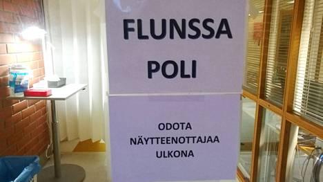 Kirjoittajan mukaan kaikenlainen politikointi, kun vaalitkin lähestyvät, on nyt unohdettava ja edistettävä Suomen kansan etua.